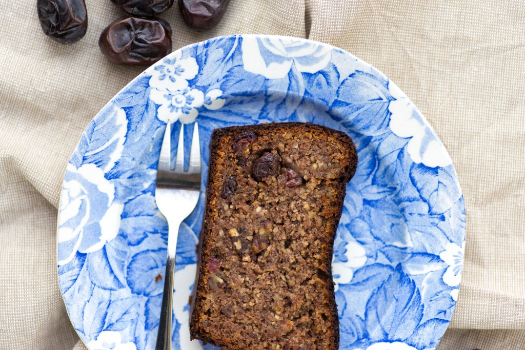 Paleo Baking: Date and Almond Bread | Recipe and photography by Giulia Mule - Mondomulia