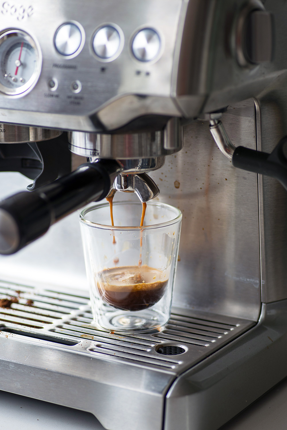 Barista Express Sage Appliances - extracting espresso