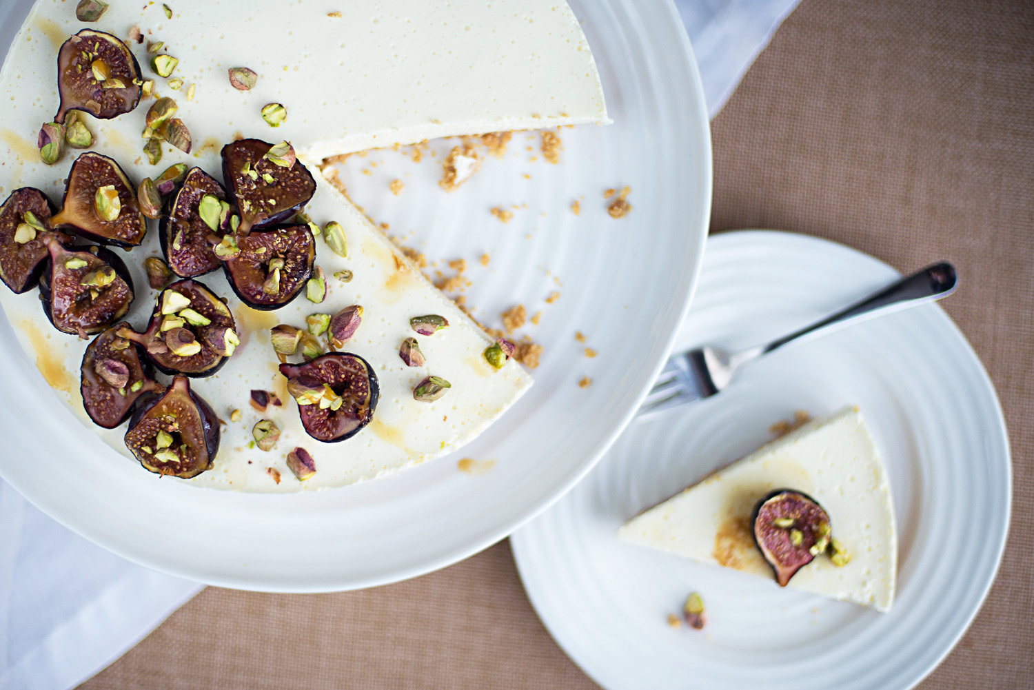 Skyr cake with honey-roasted figs
