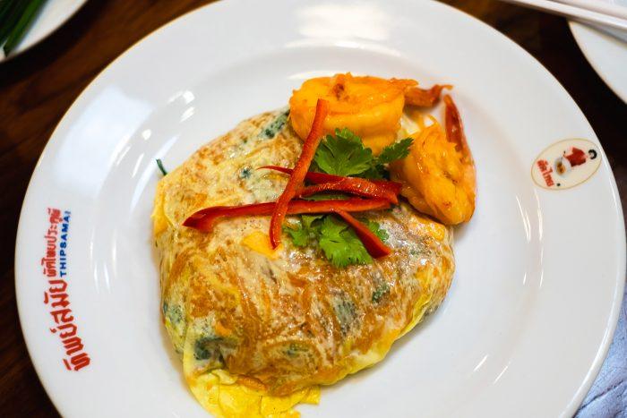 'Bangkok's best pad thai' at Thip Samai. Taste their famous 'pad thai with small prawns wrapped with egg' | Mondomulia