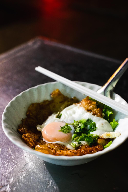 Guay Tiew Kua Gai (stir fried noodle and Chicken with running egg) in Bangkok | Mondomulia