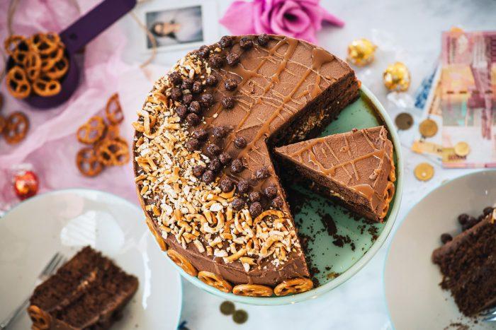 Salted Caramel Pretzel Chocolate Cake | Mondomulia