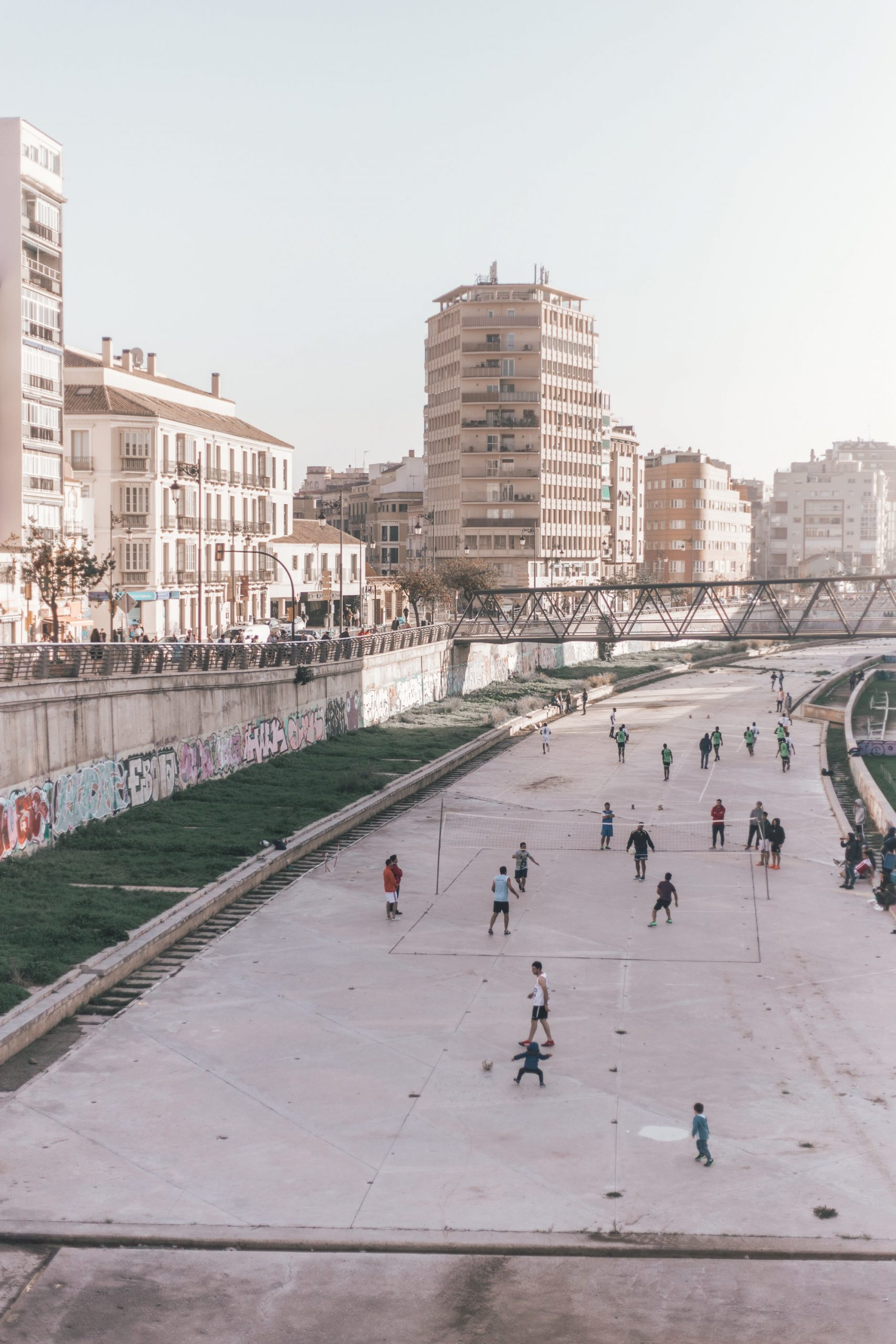 People playing on the street in Malaga | How to spend a weekend in Malaga guide #mondomulia