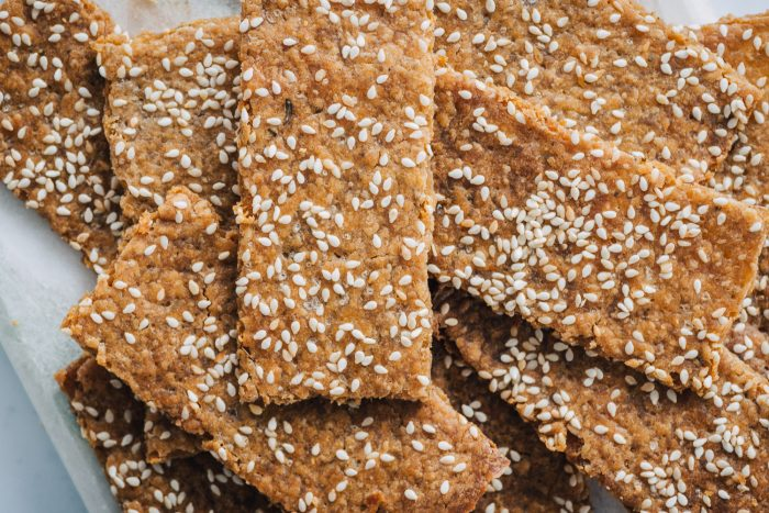 Sourdough discard crackers with sesame and herbs | Mondomulia