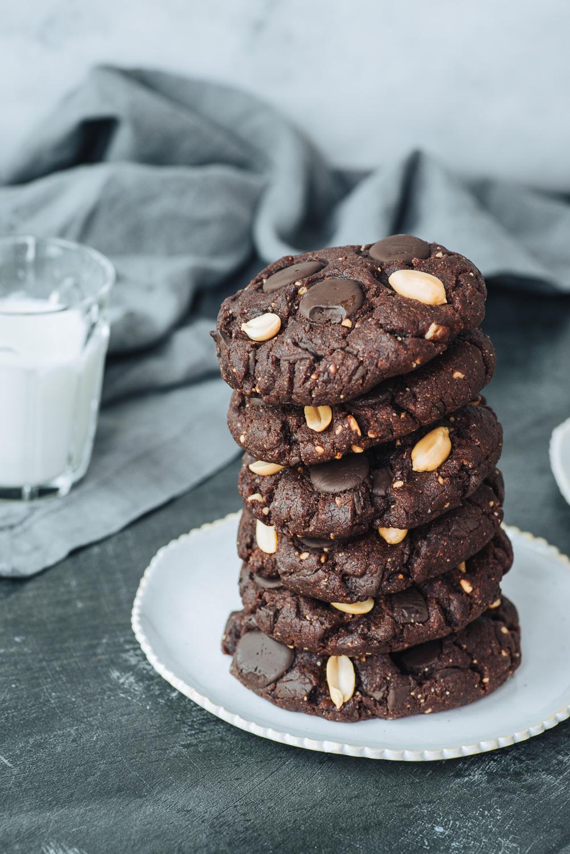 Dark Chocolate and Peanut Vegan Cookies Recipe | Mondomulia