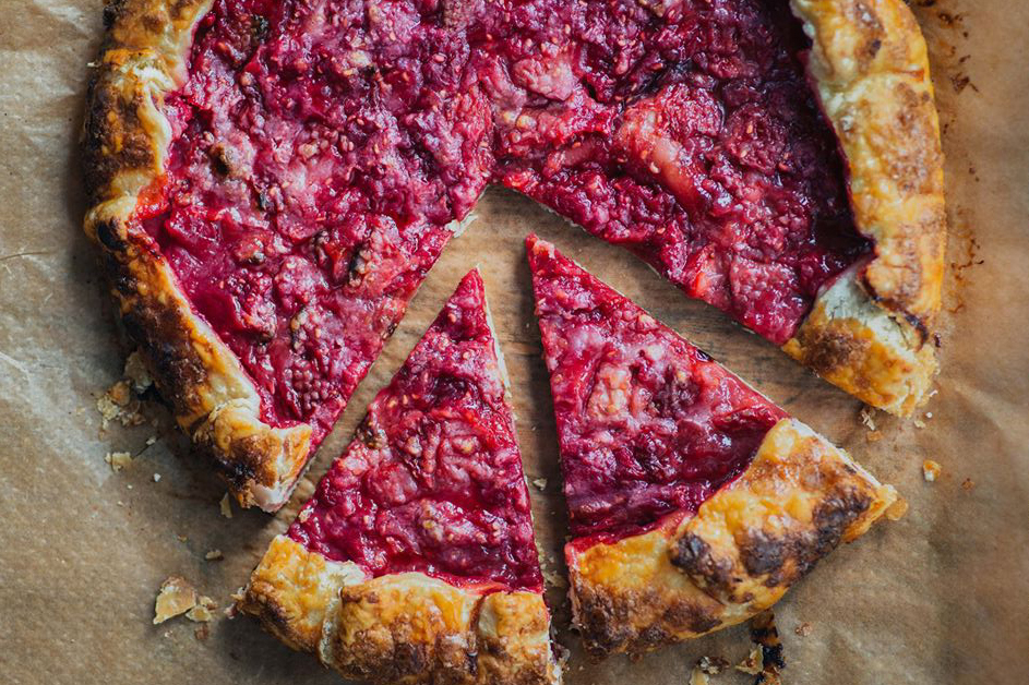 Rustic sweet galette with plum jam, fresh raspberries and strawberries. The ultimate summer dessert recipe! | Mondomulia